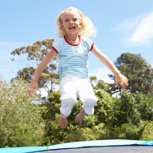 Kind hat Spaß auf dem Trampolin
