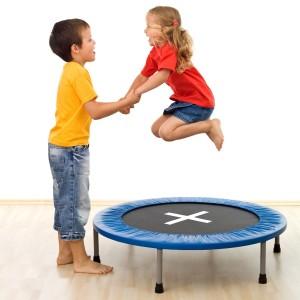 Kinder Springen auf dem Trampolin im Haus
