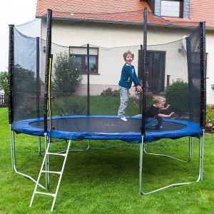 Kinder springen im Gartentrampolin