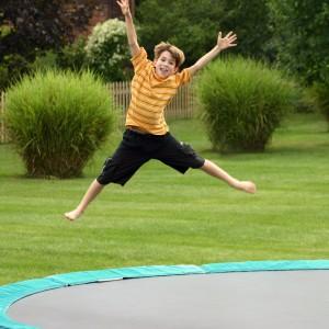 Kind springt auf dem Trampolin